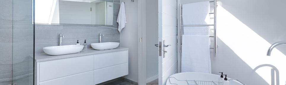 Luxe badkamer met douchegoot blijft populair in 2021.